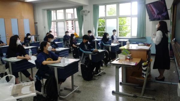 수업시간에도 교사와 학생 모두 마스크를 필수로 착용하고 창문을 열어 환기를 한다.