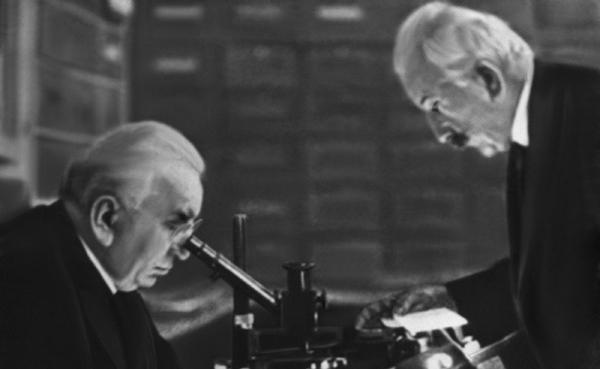 영화 카메라 및 영사기를 발명한 프랑스의 오귀스트 뤼미에르와 루이 뤼미에르 형제. (사진=저작권자(c) 연합뉴스/Personen, Portrait, Portr, Mann Mikroskop, Brille, Oberlippenbar, 무단 전재-재배포 금지)
