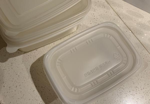 음식을 포장할 때 생기는 플라스틱 용기의 경우 2-3번 정도는 재활용 할 수 있다.