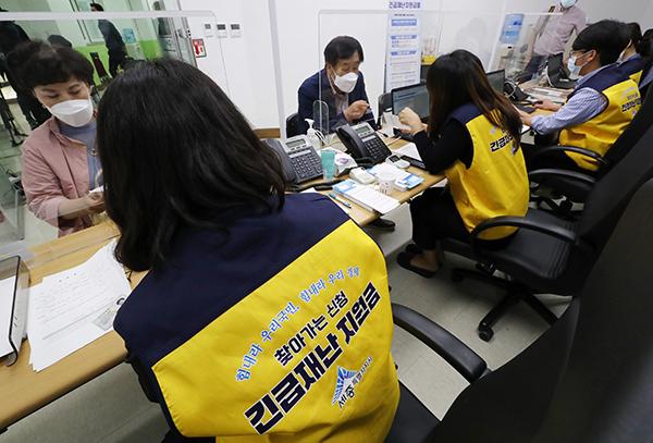 지난 달 19일 오후 세종시 한솔동 행정복지센터에서 주민들이 긴급재난지원금을 신청하고 있다. (사진=저작권자(c) 연합뉴스, 무단 전재-재배포 금지)