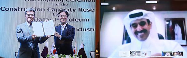 성윤모 산업통상자원부 장관(오른쪽)과 가삼현 현대중공업 대표가 지난 1일 오후 서울 롯데호텔 에메랄드룸에서 열린 '카타르 LNG운반선 슬롯예약계약 MOA 서명식'에서 카타르 석유공사와 한국 조선 3의 협약 서명식을 했다. (사진=산업통상자원부 제공)