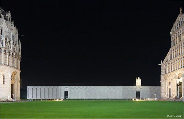 대성당(오른쪽)과 세례당(왼쪽) 사이에 보이는 캄포 산토의 외관.