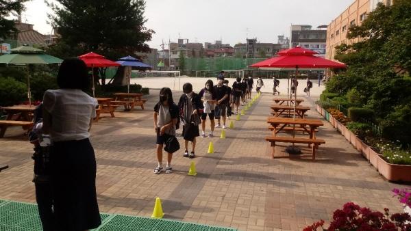 6월 8일 순차등교 마지막 대상인 중학교 1학년이 거리두기를 하며 등교하고 있다.