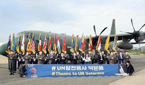 6·25전쟁 22개국 유엔참전국 마스크 지원 수송행사가 열린 5월 8일 김해국제공항에서 참석자 전원이 덕분에 챌린지 참여를 위해 수송기 앞에서 수어 동작 기념촬영을 하고 있다.(사진=보훈처)
