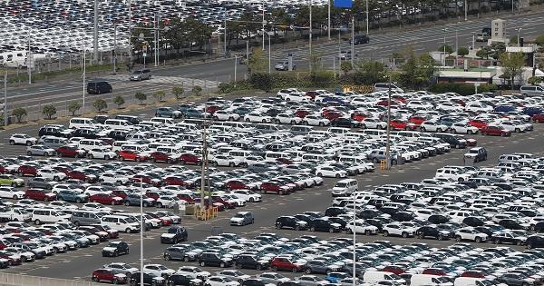 코로나19 여파로 5월 자동차 수출은 감소했지만 전기차(EV) 수출은 34개월 연속 증가했다. 사진은 지난 4월 23일 현대차 울산공장 수출선적부두와 야적장에 완성차들이 대기하고 있는 모습. (저작권자(c) 연합뉴스, 무단 전재-재배포 금지)