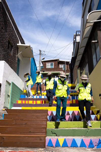 경기 창전동 행복마을 지킴이들이 마을 순찰활동에 나서고 있는 모습. <사진=경기이천시 제공>