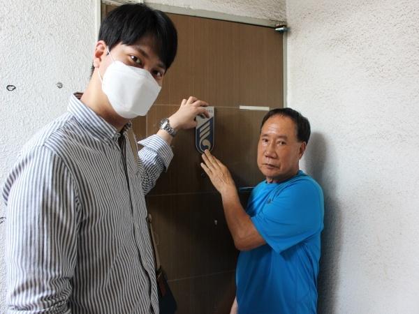 문에 명패를 달아드린 후 찍은 사진.