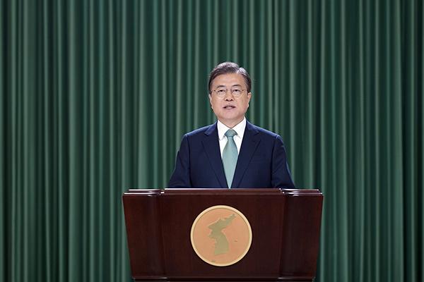 문재인 대통령이 15일 청와대에서 '6·15 남북공동선언' 20주년 기념식 축사를 영상을 통해 전하고 있다. (사진=청와대)