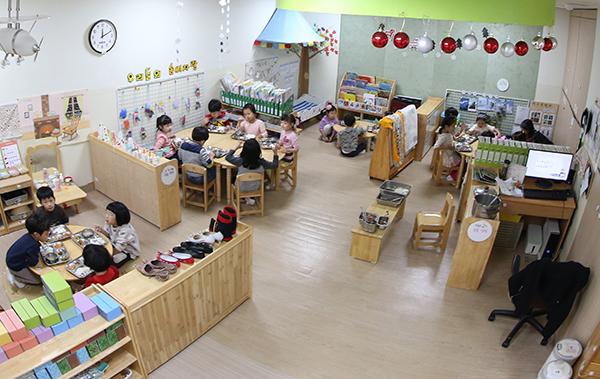 올해 3월부터 시작한 보육지원체계 개편으로 어린이집 98.9%에 안심등하원 자동알리미가 설치되었고 약 3만명의 연장반 전담교사가 배치되었다. (사진=저작권자(c) 연합뉴스, 무단 전재-재배포 금지)