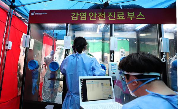 서울 양지병원에 설치돼 있는 '워크스루' 선별진료소. 의료진과 환자가 완전히 분리돼 문진에서 진료, 검체 채취 작업을 안전하고 빠르게 진행할 수 있다.