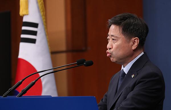 윤도한 청와대 국민소통수석이 17일 오전 청와대 춘추관에서 북한 관련 브리핑을 하고 있다. (사진=저작권자(c) 연합뉴스, 무단 전재-재배포 금지)
