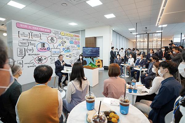 문재인 대통령이 18일 강원도 춘천에 위치한 데이터·AI 전문기업 더존비즈온의 강촌캠퍼스를 방문, 직원들과 차담회를 하며 발언하고 있다. (사진=청와대)