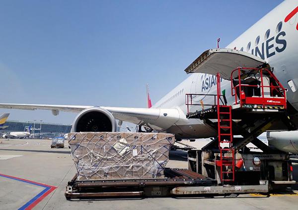 지난달 말 독일 프랑크푸르트를 향하는 아시아나 특별 전세기에 약 13톤의 방호복 운반을 위한 적재작업이 진행 중이다.(사진=산업통상자원부)