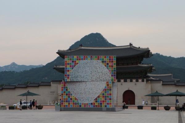 광화문 광장에 설치된 '광화문 아리랑'의 전경.