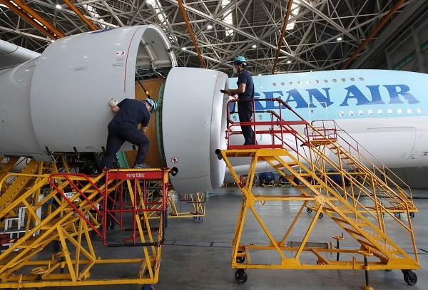 정부가 코로나19 사태 장기화로 금융접근 사각지대에 놓인 항공 등 기간산업 협력업체에 내달부터 5조원 규모의 운영자금 대출을 지원키로 했다. (저작권자(c) 연합뉴스, 무단 전재-재배포 금지)