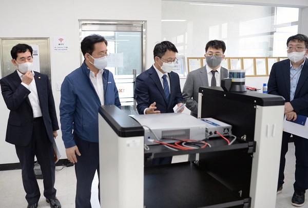 성윤모 산업통상자원부 장관이 22일 대전 유성구에 있는 물류 로봇 제조기업인 (주)트위니를 방문해 자율주행 물류로봇의 실증보급 확대 방안 등 애로사항에 관해 의견을 교환하고 있다.(사진=산업통상자원부)