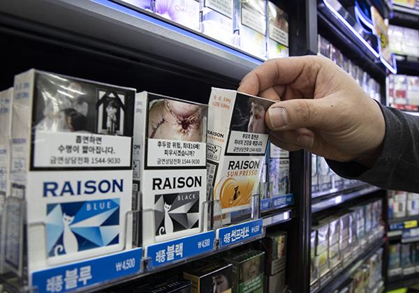 흡연의 위험성을 알리는 경고그림이 있는 담뱃갑. (사진=저작권자(c) 연합뉴스, 무단 전재-재배포 금지)