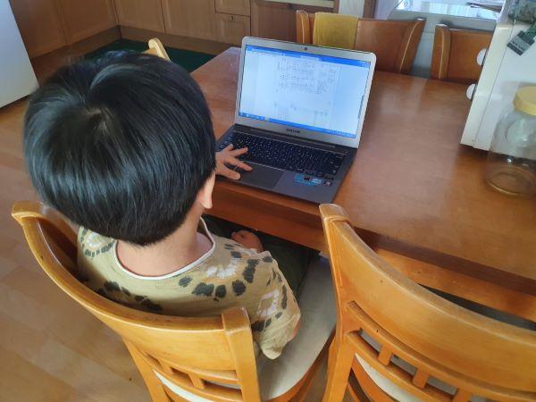 이른 아침, 학교 홈페이지 출석부에 글을 남기기 위해 접속하는 아들