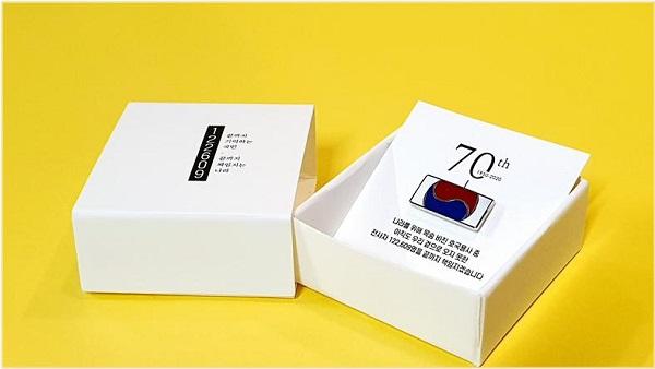 '끝까지 찾아야 할 122609 태극기' 디자인 모티브와 배지 실물.