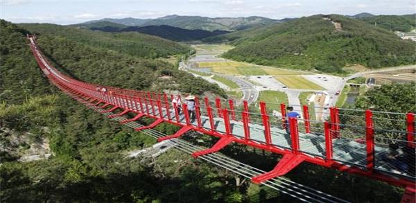 '채계산 출렁다리와 강천산 단월야행'은 순창 여행의 새로운 아이콘이다. 채계산 출렁다리는 두 산등성이를 잇는 길이 270m 다리로 다리기둥이 없는 무주탑 산악 현수교로는 국내 최장이다.