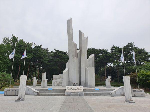 경기도 수원시 인계예술공원에 위치한 현충탑, 높게 솟은 탑이 인상적이다.