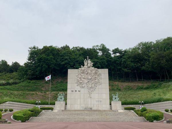 경기도 부천시 원미공원 내에 위치한 부천 현충탑. 조각상이 많은 생각을 하게한다.