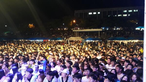 학생들로 가득한 대학 축제 모습.