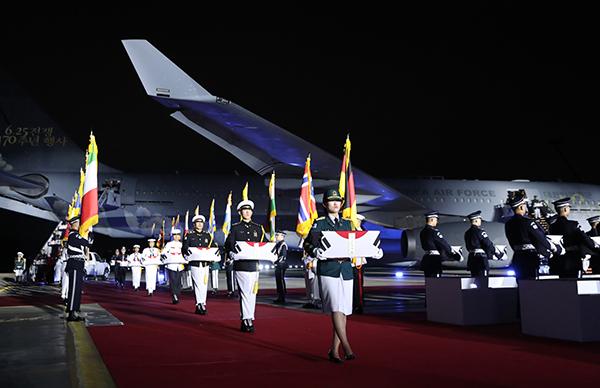 25일 서울공항에서 열린 6·25전쟁 70주년 행사에서 국군 전사자들의 유해가 봉환되고 있다. (사진=저작권자(c) 연합뉴스, 무단 전재-재배포 금지)