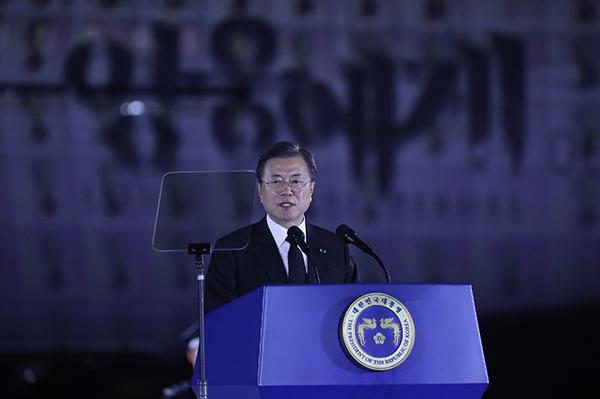 문재인 대통령이 25일 서울공항에서 열린 6·25전쟁 70주년 행사에서 기념사를 하고 있다. (사진=저작권자(c) 연합뉴스, 무단 전재-재배포 금지)