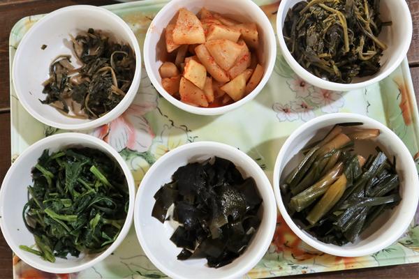 성인봉 자락에서 나는 두메부추, 물엉컹퀴, 전호, 부지갱이 등은 주민들의 집밥은 물론 여행객을 위한 식당에서도 볼 수 있는 산나물이다.