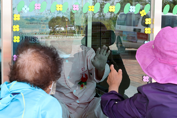 지난 5월 8일 오전 전남 무안군 현경면 한 요양병원에서 면회객이 유리문을 사이에 두고 입원환자인 가족과 대화하고 있다. (사진=저작권자(c) 연합뉴스, 무단 전재-재배포 금지)