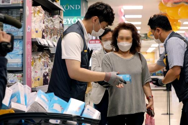 24일 오후 서울 성동구 이마트 성수점에서 비말 차단용 마스크를 구매하려는 시민들이 번호표와 마스크를 맞바꾸고 있다. 2020.6.24/뉴스1