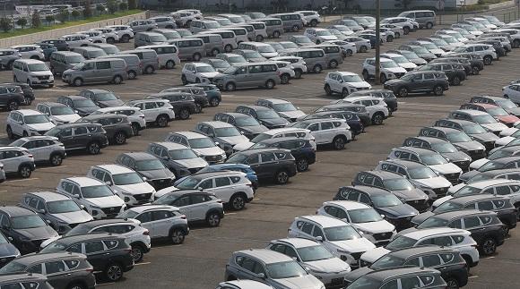 정부가 승용차 개별소비세를 30% 한시 인하하는 기간을 올해 말까지 연장한다. 사진은 현대자동차 울산공장 출고센터에 대기하고 있는 승용차.(사진=저작권자(c) 연합뉴스, 무단 전재-재배포 금지)