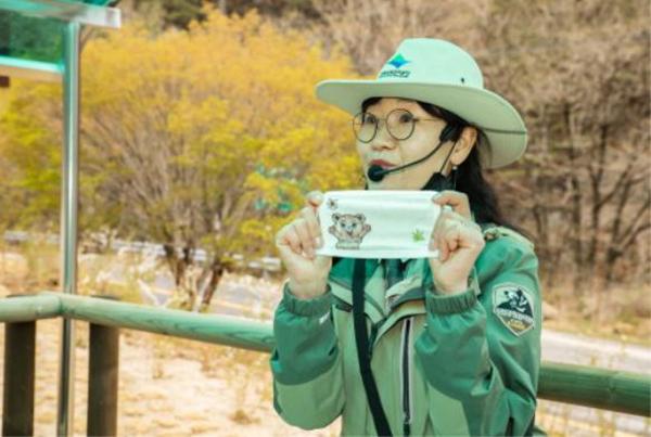 국립공원 캠핑 스쿨 현장의 모습. 지리산 달궁 야영장에서 친환경 마스크 만들기가 진행 중이다.