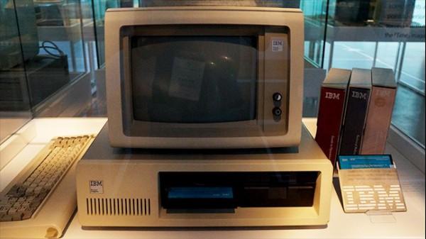 36컴퓨터에는 디스크 드라이브가 있다.(출처=넥슨컴퓨터박물관)