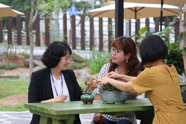 공주여성새일센터 담당자와 샵인샵 진행 과정에 대해 얘기 나누고 있다.