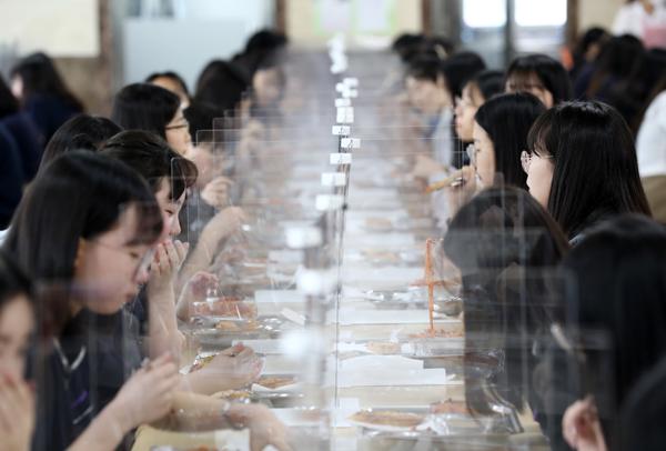 대전시 유성구 원신흥동 도안고등학교에서 고3 학생들이 투명 칸막이를 사이에 두고 점심을 먹고 있다.(사진=저작권자(c) 연합뉴스, 무단 전재-재배포 금지)
