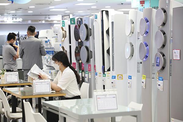 서울의 한 에어컨 매장을 찾은 고객들. (사진=저작권자(c) 연합뉴스, 무단 전재-재배포 금지)