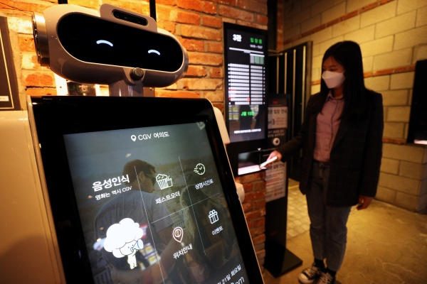 21일 서울 영등포구 CGV 여의도에서 관계자가 '언택트시네마' 서비스를 선보이고 있다. '언택트시네마'는 기술과 비대면(untact) 서비스를 기반으로 '픽업박스', '팝콘 팩토리 셀프바', '스마트체크', '체크봇' 등이 운영된다. 2020.4.21/뉴스1