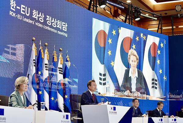 문재인 대통령이 30일 청와대에서 유럽연합(EU) 샤를 미셸 정상회의 상임의장, 우르술라 폰 데어 라이엔 집행위원장과 화상 정상회담을 하고 있다. (사진=청와대)