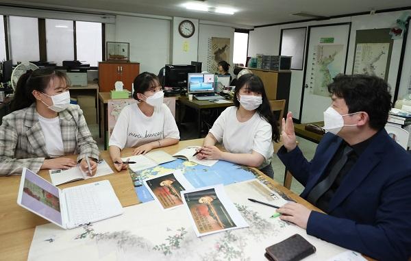 박 기태 단장은 첫 출근한 인턴 3명과 회의하고 있다.