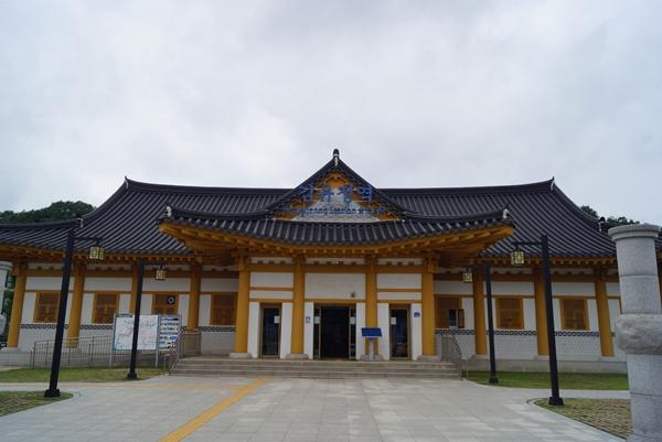 한국철도 최초로 역명에 사람 이름을 사용한 김유정역이다.