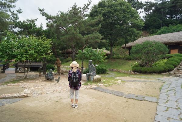 아내가 김유정생가 앞 조형물에서 소설 '봄 봄'을 생각하고 있다.