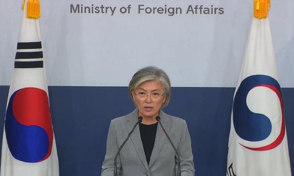 강경화 외교부 장관이 2일 서울 종로구 외교부에서 열린 내신기자단 브리핑에서 발언하고 있다.