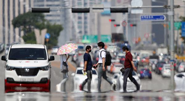 서울 영등포구 여의대로의 달궈진 도로 위로 아지랑이가 피어오르고 있다. (사진=저작권자(c) 연합뉴스, 무단 전재-재배포 금지)