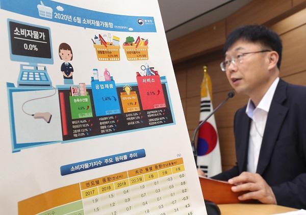 안형준 통계청 경제통계동향심의관이 2일 오전 세종시 정부세종청사에서 2020년 6월 소비자물가동향과 관련해 브리핑하고 있다. (저작권자(c) 연합뉴스, 무단 전재-재배포 금지)
