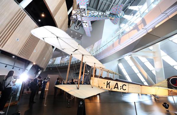 개관식이 열린 3일 박물관을 찾은 관람객들이 전시장을 둘러보고 있다.