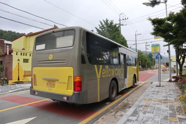 장성 북하마을을 달리는 군내버스.