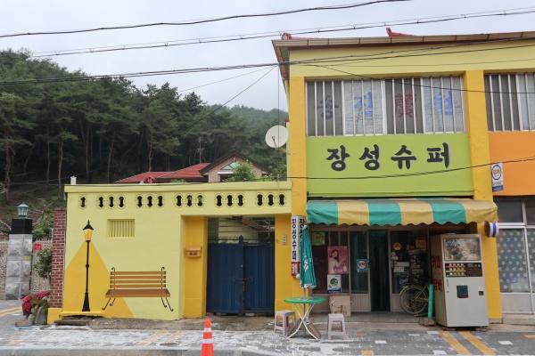 노랑으로 단장된 아기자기한 장성 북하마을 모습.