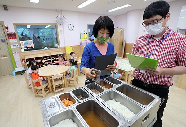 지난 달 30일 오전 광주 북구청 어린이집에서 북구청 행정지원과 직원들이 어린이들의 급식을 점검하고 있다. (사진=저작권자(c) 연합뉴스, 무단 전재-재배포 금지)